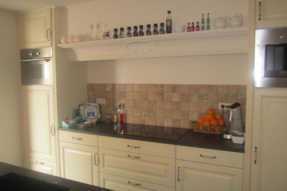 Natuursteen Achterwand Keuken : Bij dit project is de natuursteen vloer in de keuken en kamer gelegd